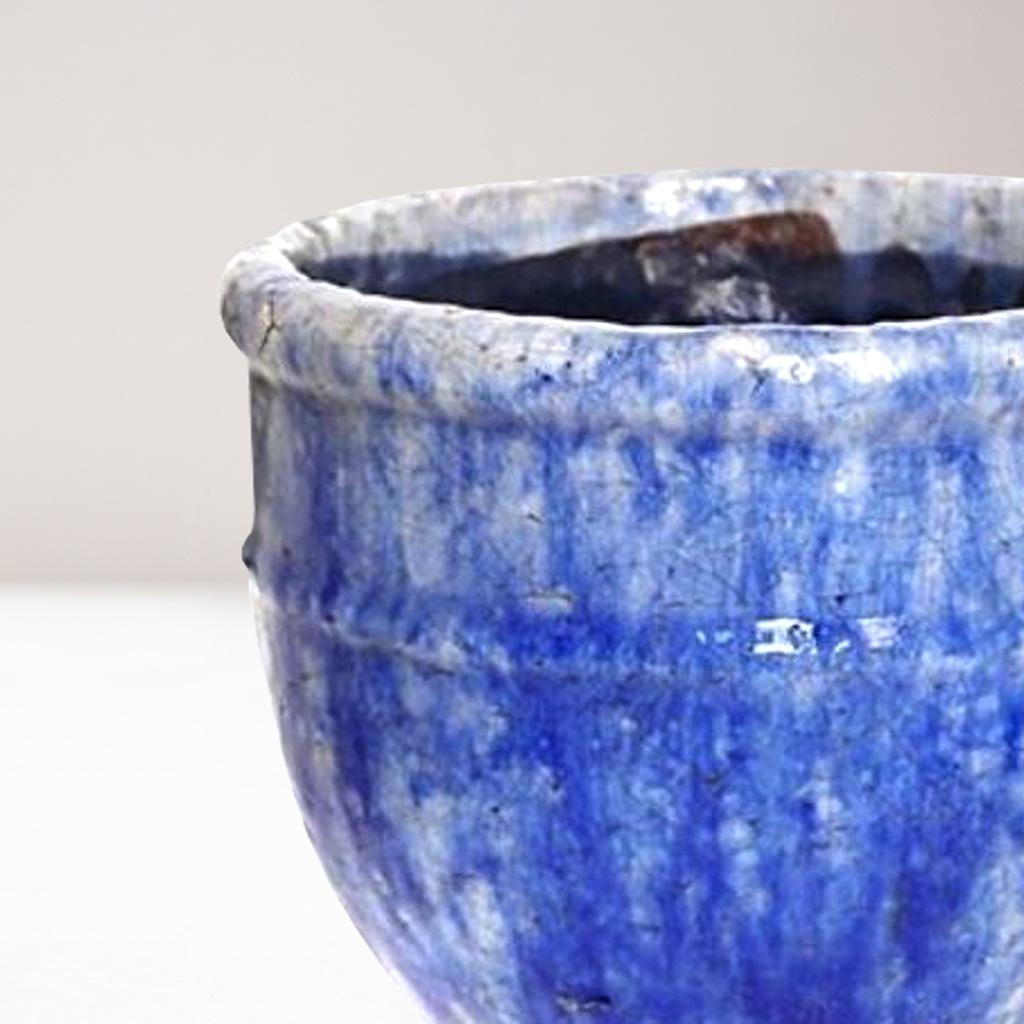 jarron de diseño azul brillante