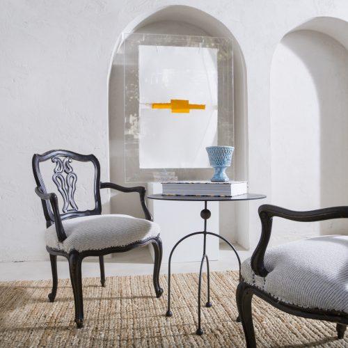Pareja de sillones antiguos de madera negra con asiento tapizado en beige claro