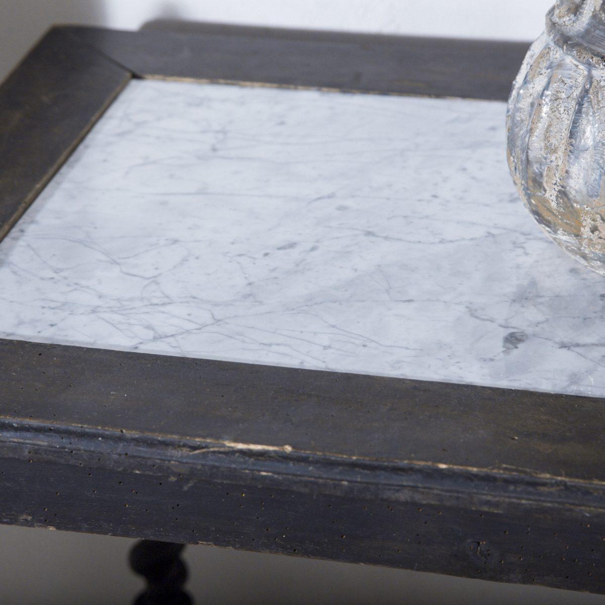 Mesa auxiliar antigua de madera negra y sobre de piedra