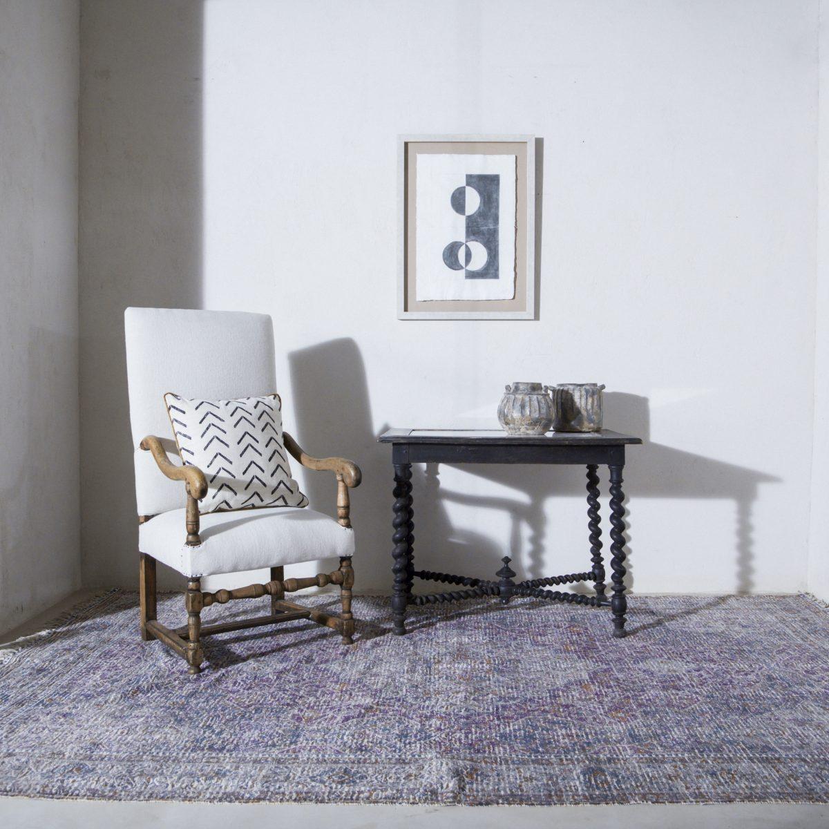 Butaca antigua de madera tapizada en lino beige