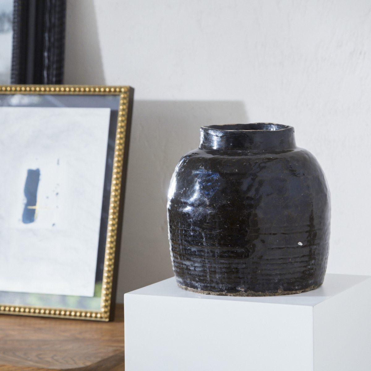 Vasija antigua de cerámica negra esmaltada pequeña