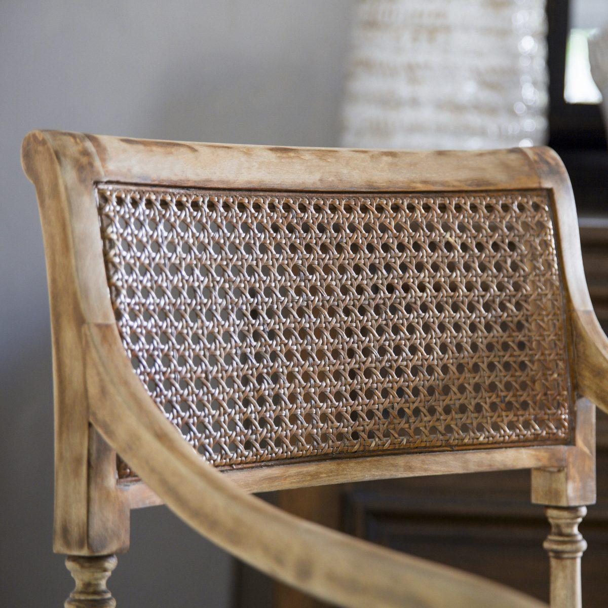 Silla antigua de madera con diseño espiga